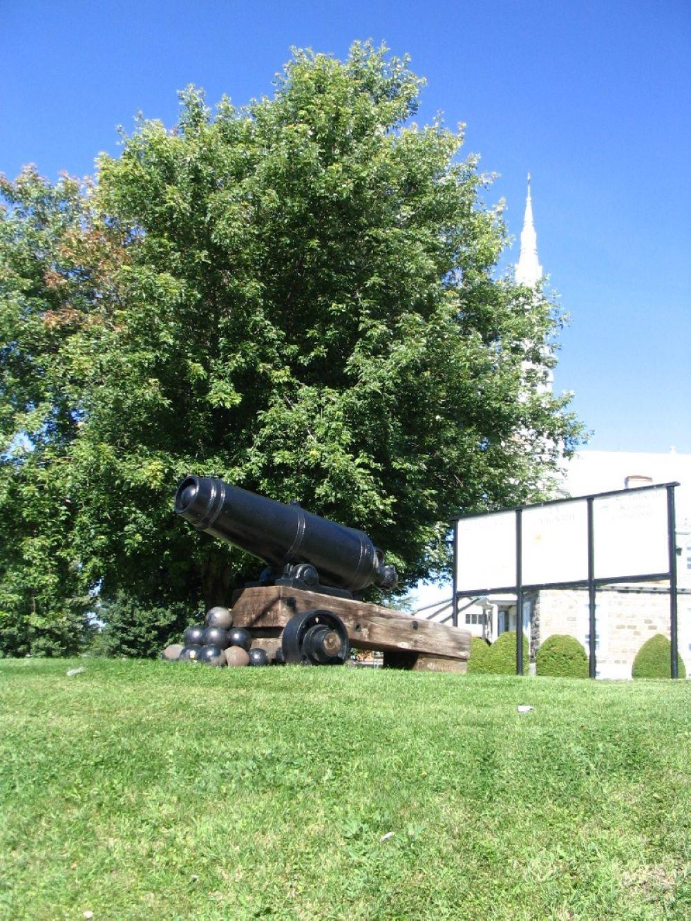 Canon près de l'église